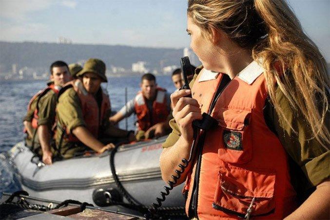 Боец батальона «Снапир» инструктирует новобранцев