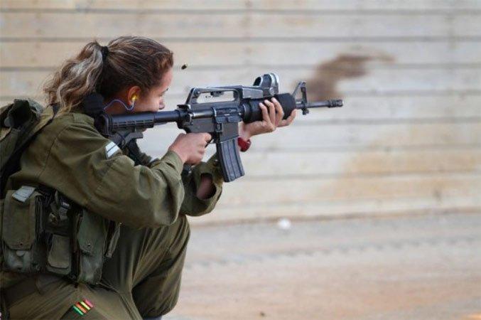 Солдат ЦАХАЛ на учебных стрельбах